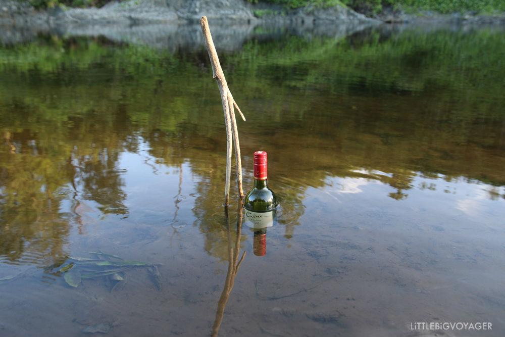 Natürlicher Weinkühler- Weinflasche im Fluss