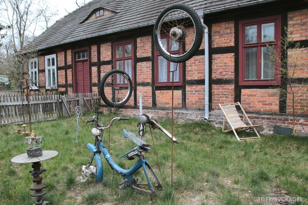 Kunst aus Schrott im Dorf