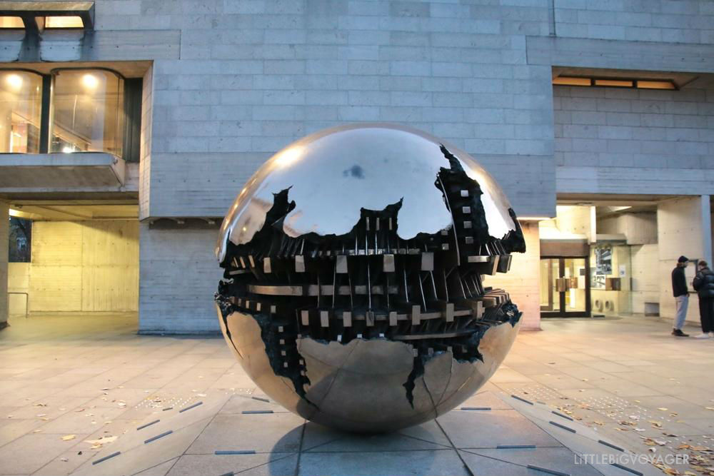 Kunst im Innenhof des Trinity College