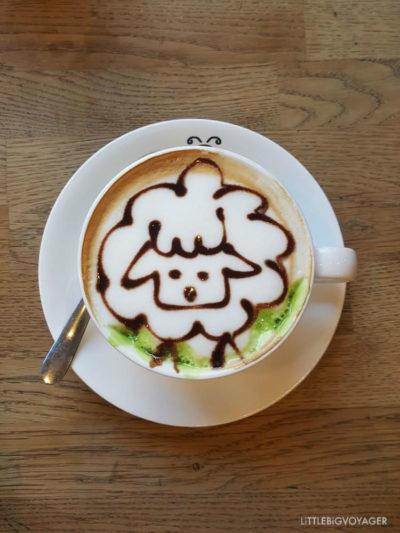 Milchkaffee mit Schaf im Beanhive