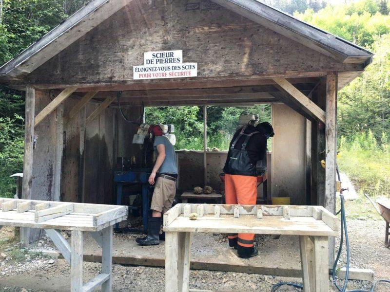 alte Miene auf Gaspésie - Mitarbeiter beim Steine schneiden